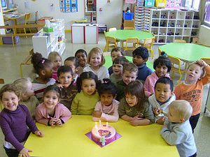 English: Group of children in a primary school...