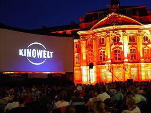 Deutsch: AIRSCREEN auf dem Open-Air Kino in Mü...