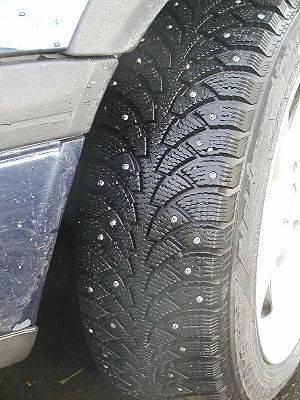 Studded tyre Español: Neumático de invierno co...