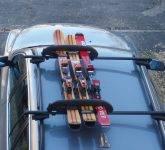 Namestite smučarsko opremo na streho avta
