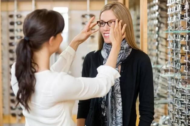 Optika ponuja kompleksno obravnavo oči